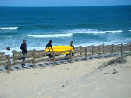 a-deux-cest-plus-facile-de-sentraider-pour-rejoindre-le-spot-de-surf-et-descendre-la-dune