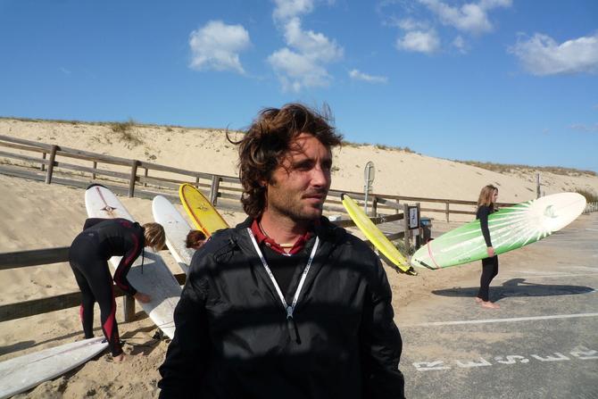 benoit-le-prof-de-surf-analysant-les-conditions-de-surf-pour-ces-eleves