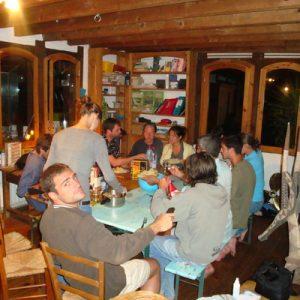 bon-repas-et-grande-table-au-camp