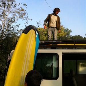 l art-de-bien-attache-les-planches-de-surf-sur-le-camion