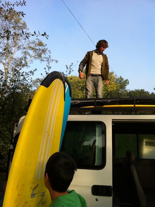 lart-de-bien-attache-les-planches-de-surf-sur-le-camion