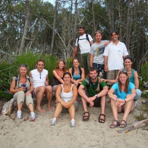 photo-de-groupe-de-stagiaires-dans-la-fot-de-messanges-avant-le-dpart-pour-le-cours-de-surf