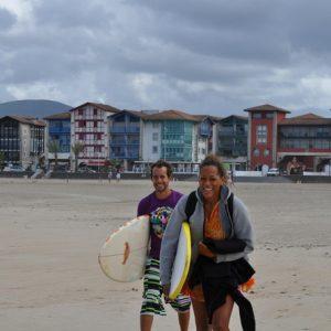 sourire-et-motivation-pour-ce-mettre-a-l-eau-couple-surfeur