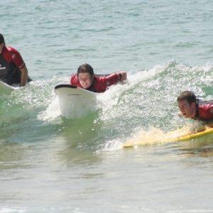 stage-de-surf-messanges-3-eleves-debutant-sur-la-vague