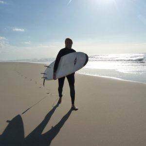 surfeur-revenu-sur-le-sable-apres-sa-session