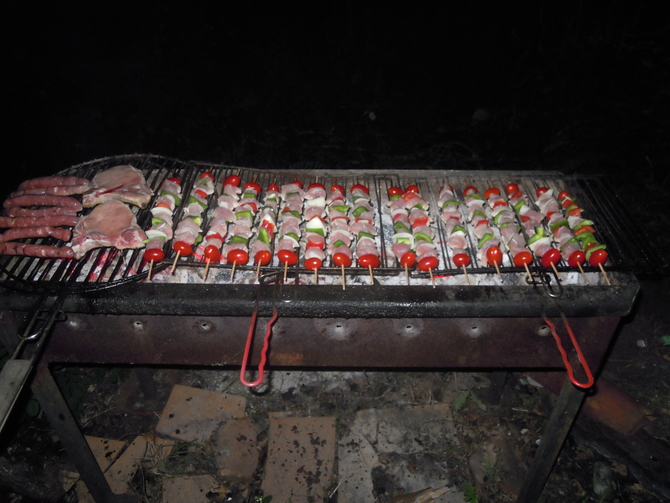 un-barbecue-de-competition-la-convivialite-du-nature-surf-camp