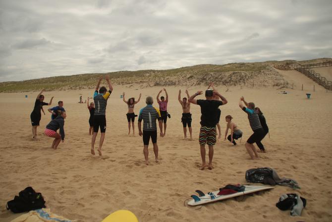 un-bon-echauffement-avant-de-se-mettre-a-l-eau-conseil-de-surfeur