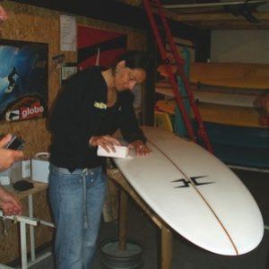 un-bon-surfeur-doit-savoir-reparer-sa-planche