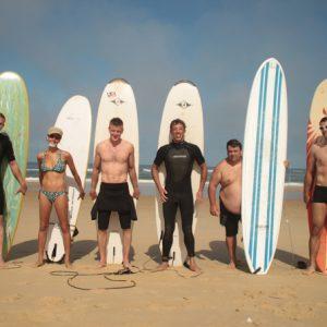 un-groupe-de-surfeur-pour-la-photo-souvenir-de-messanges