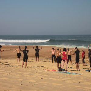 un-groupe-du-nature-surf-camp-en-plein-echauffement