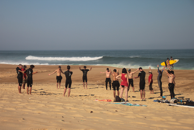 un-groupe-du-nature-surf-camp-en-plein-echauffement