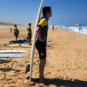un-peu-d-ombre-sur-la-plage-de-messanges-grace--sa-planche-de-surf