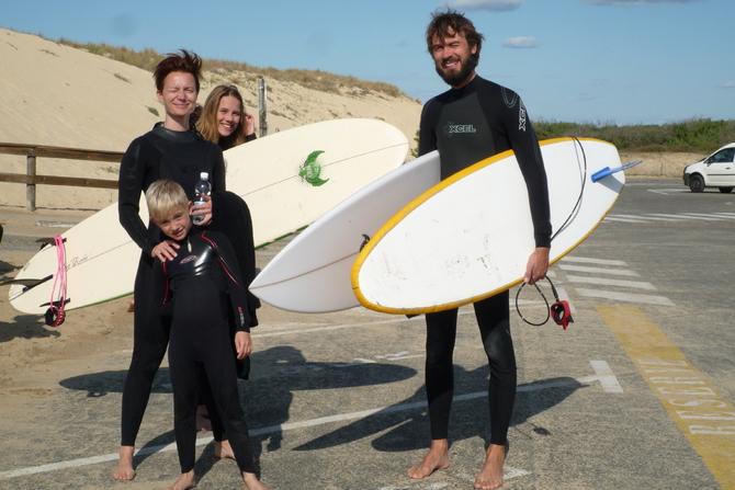 une-famille-prete-pour-le-cours-de-surf